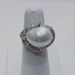 18Kt white gold ring set with diamonds and baroque pearl